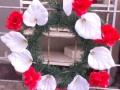 Coroana din brad artificial mediu cu crin alb si garoafe rosie