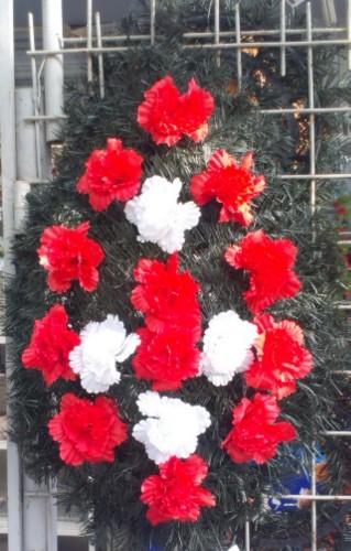 Coroana din brad artificial mare cu garoafe rosu si alb 16 buc