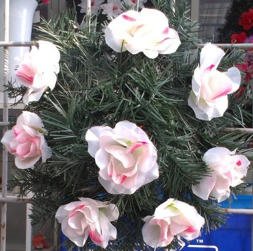 Coroana din brad artificial mediu cu trandafir alb 8 buc