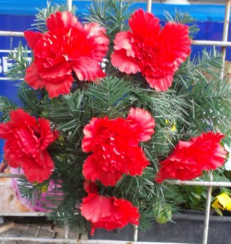Coroana din brad artificial mic cu garoafe rosii