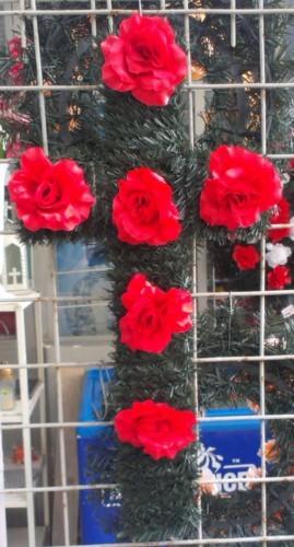 Coroana tip cruce din brad artifical cu trandafir rosu