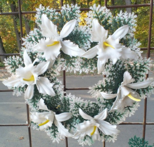 Coroana artificiala stil grecesc cu crin alb