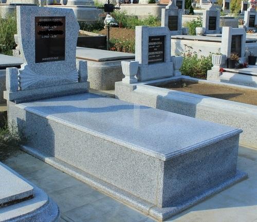 Monument si cadru din granit gri deschis