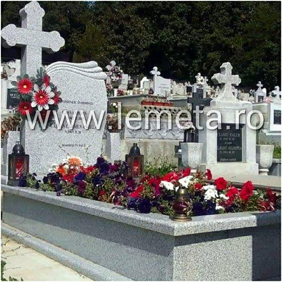 Cadru si monument funerar din granit gri deschis, gravat