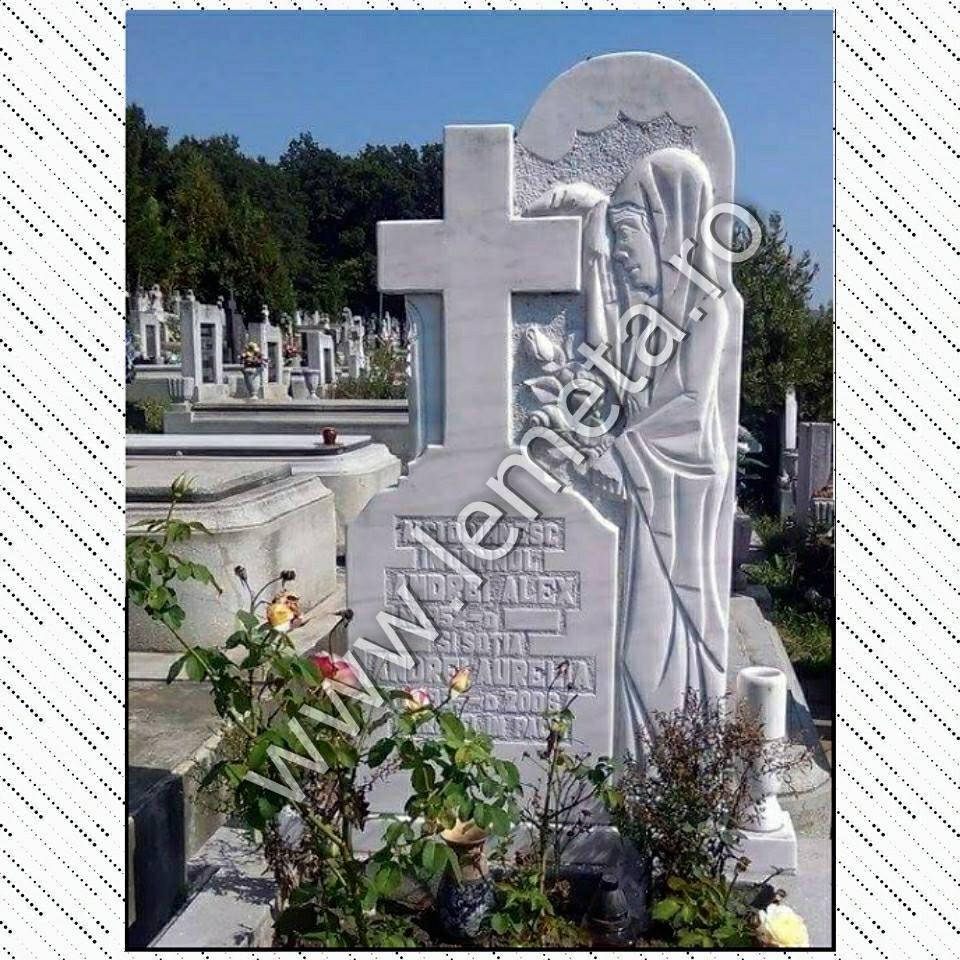 Monument funerar din marmura alba cioplit cu mana
