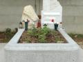 Monument din marmura alba si cadru/rama din mozaic
